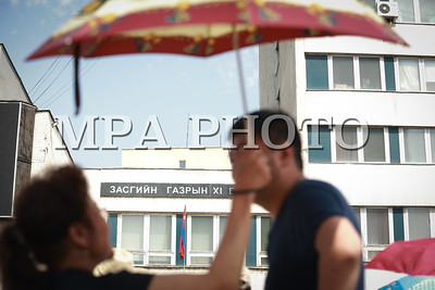 2017 оны зургаадугаар сарын 28. Монгол Улсын Ерөнхийлөгчийн дахин сонгуулийн хугацааг эсэргүүцэж МоАХ сонгуулийн ерөнхий хорооны гадна цуглаан хийж байна.    ГЭРЭЛ ЗУРГИЙГ Б.БЯМБА-ОЧИР /MPA