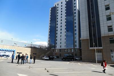 """2019 оны гуравдугаар сарын 22. Улаанбаатар хотын хэмжээнд нийт 234 ашиглалтын шаардлага хангахгүй байр, орон сууц байна гэсэн тооцоо бий. Энэ нь 6300 гаруй өрхийн 20 гаруй мянган иргэн ашиглалтын шаардлага хангахгүй орон сууцанд амьдарч байна гэсэн үг.   Тухайлбал Хан-Уул дүүрэг 3-р хороо нэхмэлийн шарын байруудад иргэд хана цуурсан, өвөлдөө хүйтэн, бохир нь хальсан зэрэг хүндхэн нөхцөлд амьдарч байсан. Энэ мэт Улаанбаатар хотын хэмжээнд ашиглалтын шаардлага хангахгүй барилгыг буулган шинээр барих төслийг эхлүүлээд байгаа. Өнөөдөр /2019.03.22/ Хан-Уул дүүргийн 15,19 дүгээр байрны 60 гаруй айл шинэ байрандаа орж, байрныхаа түлхүүрийг гардан авлаа. Нээлтийн үйл ажиллагаанд Нийслэлийн удирдлагууд болон холбогдох албаныхан оролцов.   Нийслэлийн зүгээс Монгол Улсын Хөгжлийн банктай хамтран """"Ашиглалтын шаардлага хангахгүй барилгыг буулган шинээр барих төсөл""""-ийг цаашид үргэлжлүүлэх аж. ГЭРЭЛ ЗУРГИЙГ Б.БЯМБА-ОЧИР/MPA"""