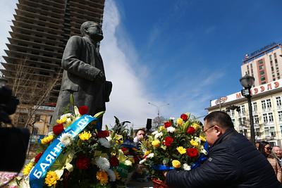 2019 оны дөрөвдүгээр сарын 20. Төр, нийгмийн зүтгэлтэн С.Зоригийн хөшөөнд цэцэг өргөж хүндэтгэл үзүүллээ.  Ардчиллын алтан хараацай С.Зориг агсан 57 жилийн өмнө энэ өдөр төрж байжээ.        ГЭРЭЛ ЗУРГИЙГ Б.БЯМБА-ОЧИР/MPA