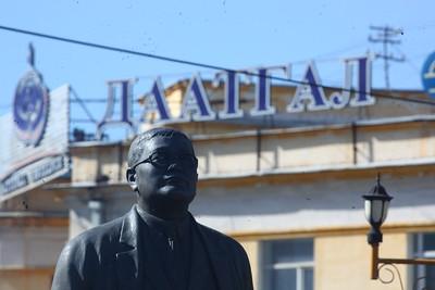 """2018 оны аравдугаар сарын 02. """"Ардчиллын алтан хараацай""""-уудын нэг Санжаасүрэнгийн Зориг 1962 оны дөрөвдүгээр сарын 20-нд Улаанбаатар хотод төрсөн. Гэвч  Ардчилсан хувьсгалын үндэслэгчдийн нэг, ардын түмний хайртай эгэл даруу хүү 1998 оны аравдугаар сарын 2-ны өдөр 36 насандаа бусдын гарт харамсалтайгаар амь насаа алдсан.     Түүний дурсгалыг хүндэтгэн хөшөөнд нь цэцэг өргөх ёслол болж байна.  Цэцэг өргөх ёслолд төрөл төрөгсөд, журмын нөхдийнх нь төлөөлөл оролцлоо. ГЭРЭЛ ЗУРГИЙГ MPA"""