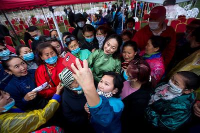 2020 оны зургадугаар сарын 21.  УИХ-ын 2020 оны сонгуульд Сонгино хайрхан дүүрэгт МАН-аас нэр дэвшигчид зауучуудтай уулзалт хийлээ.   ГЭРЭЛ ЗУРГИЙГ Б.БЯМБА-ОЧИР/MPA