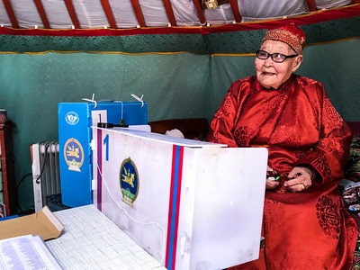 2020 оны зургадугаар сарын23. УИХ-ын сонгуулийн 2020 оны санал хураалтыг зөөврийн хайрцагаар авч эхэллээ. ГЭРЭЛ ЗУРГИЙГ Б.БЯМБА-ОЧИР/MPA