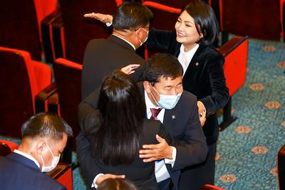 2020 оны зургадугаар сарын 29. УИХ-д шинээр сонгогдсон гишүүдийн үнэмлэх гардуулах ёслол боллоо. ГЭРЭЛ ЗУРГИЙГ Б.БЯМБА-ОЧИР/MPA