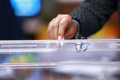 2020 оны зургадугаар сарын24. Сонгуулийн санал хураалтын саналын хуудсыг тоолох  хяналтын тооллого хийх хэсгийг сонгож байна. ГЭРЭЛ ЗУРГИЙГ Б.БЯМБА-ОЧИР/MPA