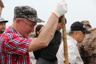 """2019 оны наймдугаар сарын 05. Түүхт Халхголын тулалдааны 80 жилийн ойг энэ жил ОХУ-тай хамтран тэмдэглэх ажлын хүрээнд тус сумын төвийг шинэчлэх сум дундын бүтээн байгуулалт буюу """"шинэ сум"""" төслийг Халхголд хэрэгжүүлж байна.  Монгол Улсын Ерөнхийлөгч Х.Баттулга Дорнын эдийн засгийн чуулга уулзалтад оролцох үеэрээ ОХУ-ын Ерөнхийлөгч В.В.Путинтай уулзаж, түүхэн дурсгалтай, байгалийн өвөрмөц тогтоцтой тус сумын хүн ам цөөрч байгаа тул Халхгол сумыг шинэчлэх төслөө танилцуулж, улмаар ОХУ-ын тал санхүүжилтийг шийдвэрлэхээ илэрхийлсэн юм.  Мөн Монгол Улсын Ерөнхийлөгчийн Тамгын газрын дарга З.Энхболд """"Роснефть"""" нийгэмлэгийн удирдлагуудыг хүлээн авч уулзах үеэр тус компанийн удирдлагууд Халхгол сумын бүтээн байгуулалтын ажилд зориулж, 8 сая евро хандивлах болсноо мэдэгдсэнээр, газар шорооны ажил 2019 оны дөрөвдүгээр сарын 3-нд эхэлсэн юм.  ХАЛХГОЛЫН БҮТЭЭН БАЙГУУЛАЛТЫН АЖИЛ 80 ГАРУЙ ХУВЬТАЙ ҮРГЭЛЖИЛЖ БАЙНА """"Шинэ сум"""" бүтээн байгуулалтын ажлын хүрээнд Халхгол сумын Засаг даргын Тамгын газар, 250 хүний суудалтай соёлын төв, 20 ортой эмнэлэг, 650 хүүхдийн багтаамжтай сургууль, 150 хүүхдийн цэцэрлэг, 180 хүүхдийн дотуур байр, спорт заал зэрэг 11 байгууламжийг барьж байгуулж байна. Ингэхдээ дэд бүтцийг буюу халуун хүйтэн ус, ариун цэврийн байгууламжийг шийдэж байгаа юм. ГЭРЭЛ ЗУРГИЙГ MPA"""