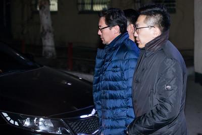 """2019 оны гуравдугаар сарын 05. Худалдаа Хөгжлийн Банкны ТУЗ-ийн дарга Д.Эрдэнэбилэг, тус банкны Гүйцэтгэх захирал О.Орхон болон """"Монголиан коппер корпорейшн"""" ХХК-ийн гүйцэтгэх захирал Ц.Пүрэвтүвшин нарыг сая буюу гуравдугаар сарын 6-ны 00:10 цагт Эрүүгийн цагдаагийн албаны байрнаас Урьдчилан хорих 461-р анги руу авч явлаа.  Засгийн газрын хэрэг эрхлэх газрын дарга Л.Оюун-Эрдэнэ """"Монголиан коппер корпорэйшн"""" компани Эрдэнэт үйлдвэрийн 49 хувийн хувьцааг худалдан авсан 400 сая 270 мянган ам.доллараа хэрхэн бүрдүүлсэн талаарх схемийг танилцуулсан билээ. Ингэхдээ төрийн мөнгөөр худалдан авсан гэх мэдээллийг өгсөн юм.   ЗГХЭГ-ын дарга Л.Оюун-Эрдэнэ өчигдөр ийм мэдээлэл хийж, өнөөдөр Эрүүгийн цагдаагийн газраас """"Монголиан коппер корпорэйшн"""" компани болон Худалдаа хөгжлийн банкны удирдлагуудыг баривчиллаа.   Гэрэл зургуудыг MPA.MN   Худалдаа хөгжлийн банкны ТУЗ-ийн дарга Д.Эрдэнэбилэгийг Хан-Уул дүүрэг дэх гэрээс нь баривчилав. Мөн Худалдаа хөгжлийн банкны гүйцэтгэх захирал О.Орхонг баривчлан, цагдаагийн газарт авчирлаа.   Бас """"Монголиан коппер корпорэйшн"""" компанийн гүйцэтгэх захирал Ц.Пүрэвтүвшинг баривчилж, байцаалт авч эхэллээ.       Тэднийг Эрдэнэт үйлдвэрийн 49 хувийг хууль бусаар хувьчилж авсан, мөнгө угаасан хэргээр шалгах бололтой.   ГЭРЭЛ ЗУРГИЙГ Б.БЯМБА-ОЧИР/MPA"""