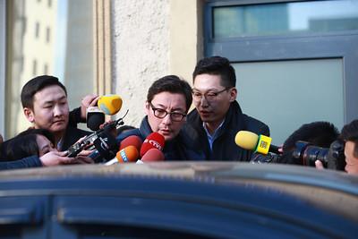 """2019 оны гуравдугаар сарын 05. Засгийн газрын хэрэг эрхлэх газрын дарга Л.Оюун-Эрдэнэ """"Монголиан коппер корпорэйшн"""" компани Эрдэнэт үйлдвэрийн 49 хувийн хувьцааг худалдан авсан 400 сая 270 мянган ам.доллараа хэрхэн бүрдүүлсэн талаарх схемийг танилцуулсан билээ. Ингэхдээ төрийн мөнгөөр худалдан авсан гэх мэдээллийг өгсөн юм.   ЗГХЭГ-ын дарга Л.Оюун-Эрдэнэ өчигдөр ийм мэдээлэл хийж, өнөөдөр Эрүүгийн цагдаагийн газраас """"Монголиан коппер корпорэйшн"""" компани болон Худалдаа хөгжлийн банкны удирдлагуудыг баривчиллаа.   Гэрэл зургуудыг MPA.MN   Худалдаа хөгжлийн банкны ТУЗ-ийн дарга Д.Эрдэнэбилэгийг Хан-Уул дүүрэг дэх гэрээс нь баривчилав. Мөн Худалдаа хөгжлийн банкны гүйцэтгэх захирал О.Орхонг баривчлан, цагдаагийн газарт авчирлаа.   Бас """"Монголиан коппер корпорэйшн"""" компанийн гүйцэтгэх захирал Ц.Пүрэвтүвшинг баривчилж, байцаалт авч эхэллээ.       Тэднийг Эрдэнэт үйлдвэрийн 49 хувийг хууль бусаар хувьчилж авсан, мөнгө угаасан хэргээр шалгах бололтой.   ГЭРЭЛ ЗУРГИЙГ Б.БЯМБА-ОЧИР/MPA"""