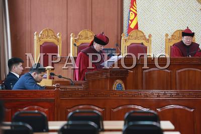 """2018 оны хоёрдугаар сарын 27.  Үндсэн хуулийн цэцийн Дунд суудлын хуралдаанаар """"""""Эрдэнэт үйлдвэр"""" ХХК, """"Монголросцветмет"""" ХХК-ийн талаар авах зарим арга хэмжээний тухай"""" Улсын Их Хурлын тогтоол Үндсэн хууль зөрчсөн эсэх асуудлыг хэлэлцэж эхэллээ. Иргэдийн ирүүлсэн энэ тухай гомдлыг ҮХЦ-ийн гишүүн Д.Сугар хянажээ.    ГЭРЭЛ ЗУРГИЙГ Б.БЯМБА-ОЧИР/MPA"""