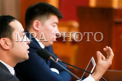 """2018 оны хоёрдугаар сарын 28.  Үндсэн хуулийн цэцийн Дунд суудлын хуралдаанаар """"""""Эрдэнэт үйлдвэр"""" ХХК, """"Монголросцветмет"""" ХХК-ийн талаар авах зарим арга хэмжээний тухай"""" Улсын Их Хурлын тогтоол Үндсэн хууль зөрчсөн эсэх асуудлыг хэлэлцэж эхэллээ. Иргэдийн ирүүлсэн энэ тухай гомдлыг ҮХЦ-ийн гишүүн Д.Сугар хянажээ.    ГЭРЭЛ ЗУРГИЙГ Б.БЯМБА-ОЧИР/MPA"""