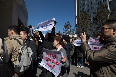"""2019 оны гуравдугаар сарын 27.  УИХ-ын дарга Г.Занданшатарыг Үндсэн хуулийн бус аргаар төрийн эргэлт хийх гэж буй үйлдлээ зогсоохыг Ардчилсан намын гишүүд, дэмжигчид шаардлаа. """"Эрх чөлөөгөө хамгаалъя"""", """"Төрийн эргэлтээ зогсоо"""", """"950 сая төгрөгөөр барьцаалагдсан УИХ тар"""" гэсэн уриа лоозон барин жагслаа. ГЭРЭЛ ЗУРГИЙГ Б.БЯМБА-ОЧИР/MPA"""