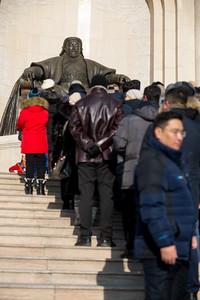 2019 оны арваннэгдүгээр сарын 26. Монгол Улсын Ерөнхий сайд У.Хүрэлсүх Монгол Улсын Үндсэн хуулийн Нэмэлт өөрчлөлтийн уг эхийг батламжилж, ёсчлох Төрийн ёслолд оролцов.    Монгол Улс Тусгаар тогтнолоо зарлан тунхагласны 95 жилийн ойн энэ өдөр Монгол Улсын Ерөнхийлөгч Үндсэн хуулийн нэмэлт өөрчлөлтийн уг эхийг ёсчилсноор ҮХНӨ хүчин төгөлдөр болж, 2020 оны 05 дугаар сарын 25-ны өдрөөс бүх нийтээр даган мөрдөх юм. Тус Төрийн ёслолын арга хэмжээнд УИХ-ын гишүүд, төр нийгмийн нэрт зүтгэлтнүүд, ҮХНӨ-ийн төслийг боловсруулж ажилласан ажлын хэсгийн гишүүд, хэвлэл мэдээллийн ажилтнууд оролцов.    Мөн өдөр Монгол Улсын Ерөнхийлөгч Х.Баттулга, УИХ-ын дарга Г.Занданшатар, Монгол Улсын Ерөнхий сайд У.Хүрэлсүх нар жанжин Д.Сүхбаатарын хөшөөнд цэцэг өргөж, Их эзэн Чингис хааны хөшөөнд хүндэтгэл үзүүллээ гэж Засгийн газрын Хэвлэл мэдээлэл, олон нийттэй харилцах хэлтсээс мэдээллээ. ГЭРЭЛ ЗУРГИЙГ Б.БЯМБА-ОЧИР/MPA