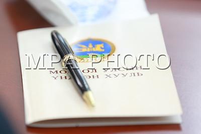 """2017 оны тавдугаар сарын 16. Үндсэн хуульд нэмэлт, өөрчлөлт оруулах асуудлаар улс төрийн намуудын дарга, удирдлагын хүрээнд зохион байгуулж буй """"Үндэсний зөвшилцөл"""" арга хэмжээ боллоо.   ГЭРЭЛ ЗУРГИЙГ Б.БЯМБА-ОЧИР/MPA"""