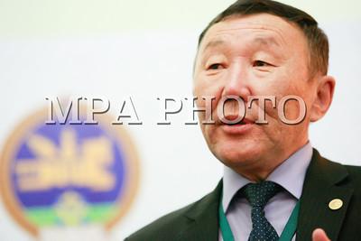"""2017 оны дөрөвдүгээр сарын 29. Монгол Улсын Үндсэн хуульд нэмэлт, өөрчлөлт оруулах асуудлаар зохион байгуулж буй анхдугаар зөвлөлдөх санал агуулгад хөндлөнгийн хяналт тавьж буй Зөвлөлдөх зөвлөлийн гишүүн, МУИС-ийн Хууль зүйн сургуулийн багш, Үндсэн хуулийн цэцийн гишүүн асан Ц.Сарантуяа, ШУА-ийн тэргүүн дэд ерөнхийлөгч, доктор Г.Чулуунбаатар нар өнөөдөр (2017.04.29) 14.30 цагт сэтгүүлчдэд мэдээлэл хийлээ.     Зөвлөлдөх зөвлөлийн гишүүн Ц.Сарантуяа хэлэхдээ, 1992 онд баталсан, эдүгээ үйлчилж байгаа Үндсэн хуулийг өөрчлөх, эсэх асуудлаар анхдугаар зөвлөлдөх уулзалт болж байна. Энэ зөвлөлдөх уулзалтын зохион байгуулалтад Зөвлөлдөх зөвлөл анхнаас нь оролцож байгаа. Тухайлбал, УИХ-аас тогтоосон зургаан сэдвийн хүрээнд нийт санал асуулгад оролцогчдод хүргэх мэдээлэл бэлтгүүлэх, түүнийг хянах асуудлыг хариуцаж ажилласан.  Өнөөдөр хоёр дахь шатанд нийт санал асуулгад оролцсон 1570 хүний тэн хагас орчим нь буюу 735 хүн оролцож байна.  Эдгээр хүмүүс тус бүр 15 хүнтэй 49 бүлэгт хуваагдаж, УИХ-ын тогтоолоор баталсан сэдвийн хүрээнд өөр хоорондоо ярилцан, санал бодлоо солилцож, шинжээчдэд тавих асуултаа гаргаж, тодруулж байна. Энэ үйл ажиллагааг Зөвлөлдөх зөвлөлийн найман гишүүн анхааралтай ажиглаж байгаа. Бид ямар шалгуураар ажиглалт явуулах вэ гэсэн тодорхой шалгуур гаргасан. Тухайлбал, нөлөөнд автагдаж байна уу, үзэл бодлоо чөлөөтэй илэрхийлж чадаж байна уу, зохион байгуулалт, идэвх хэр зэрэг байна гэх зэрэг арван шалгуурын хүрээнд ажиглалт хийж байгаа.  Эхний сэдвийн хүрээнд буюу """"Төрийн эрх мэдлийн хоорондын тэнцэл-хяналтыг хангах"""" гэсэн асуудлаар оролцогчид мэдээлэл авсныхаа дараа бүлэгт хуваагдаж хэлэлцүүлэг өрнүүлээд, үргэлжлэн явагдсан нэгдсэн хуралдаанаар үзэл бодлоо илэрхийлэн асуусан асуултад нь шинжээчид хариулт өгсөн. Зөвлөлдөх зөвлөлийн гишүүд бид энэ бүхнийг ажиглаад шинжээчид байр сууриа илэрхийлэхдээ эерэг болон сөрөг талын мэдээллийг тэнцүү өгөх ёстой юм байна гэдгийг зохион байгуулагч, удирдаж байгаа УИХ-ын гишүүдэд анхааруулсан.  Одоо 2, 4 дүгээрр сэдвүүдийг"""