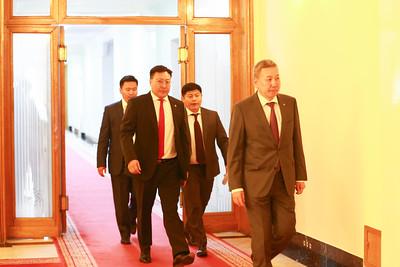 """2019 оны есдүгээр сарын 10.  УИХ-ын Төрийн байгуулалтын байнгын хорооны хуралдаан өнөөдөр /2019.09.10/ 15.37 цагт 68.4 хувийн ирцтэйгээр эхэллээ. Энэ өдрийн хуралдаанаар Улсын Их Хурлын нэр бүхий 62 гишүүнээс өргөн мэдүүлсэн  Монгол Улсын Үндсэн хуульд оруулах нэмэлт, өөрчлөлтийн төсөл, Ард нийтийн санал асуулгад оруулах төслийн нэг дэх хэлэлцүүлгийг үргэлжлүүлэн хийхээр төлөвлөөд байсан.    Хуралдааны эхэнд УИХ дахь МАН-ын бүлгийн дарга Д.Тогтохсүрэн горимын санал гаргав. Тэрбээр, Өчигдөр болсон Төрийн байгуулалтын байнгын хорооны хуралдаанаар хэлэлцсэн Ард нийтийн санал асуулга явуулах тухай тогтоолын төсөлтэй холбогдуулан Монгол Улсын Ерөнхийлөгчөөс өчигдөр тодорхой санал тавьсаныг дурдлаа. Монгол Улсын Их Хурлын чуулганы хуралдааны дэгийн тухай хуулийн 16.15-д """"Байнгын хороо хууль, Улсын Их Хурлын бусад шийдвэрийн төслийн анхны хэлэлцүүлэг явуулахаас өмнө Ерөнхийлөгч, Засгийн газар уг төсөлтэй холбогдуулан санал ирүүлсэн бол тухайн Байнгын хороо төслийн анхны хэлэлцүүлэг хийх үед уг саналыг хуралдаан даргалагч танилцуулах бөгөөд шаардлагатай гэж үзвэл гишүүд асуулт асууж, тайлбар авч болно"""" гэж заасан байдаг учир тэрхүү дэгийн дагуу Ерөнхийлөгчийн зүгээс тавьсан асуудлыг ярилцаад явсан нь зүйтэй байх гэлээ.  Түүнчлэн Ард нийтийн санал асуулга явуулах зардалтай холбоотой асуудлыг дахин нэг ярилцах шаардлагатай байгаа учраас хэлэлцэх асуудлын дараалалд оруулж өгнө үү хэмээлээ.    УИХ-ын Тамгын газрын Хууль, эрх зүйн хэлтсийн дарга Э.Түвшинжаргал горимын саналтай холбогдуулан тайлбар хийсэн. Монгол Улсын Ерөнхийлөгчөөс ард нийтийн санал асуулга явуулах тухай тогтоолын төсөлтэй холбогдуулан тавьсан санал Төрийн байгуулалтын байнгын хороо уг тогтоолын төслийн анхны хэлэлцүүлгийг явуулж, санал, дүгнэлтээ гаргасан хойно ирсэн гэдгийг тэрбээр онцолсон. Одоо энэ асуудал чуулганы нэгдсэн хуралдаанаар хэлэлцэгдэх бөгөөд чуулганы нэгдсэн хуралдаанаас шаардлагатай гэж үзвэл Төрийн байгуулалтын байнгын хороонд буцааснаар асуудлыг хэлэлцэх боломж бий гэлээ. Гэхдээ ард нийтийн """