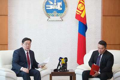 2019 оны арваннэгдүгээр сарын 18. 2019 оны арваннэгдүгээр сарын 18. Монгол Улсын Их Хурлаар 2019 оны арваннэгдүгээр сарын 14-ний өдөр хуралдаанд оролцсон 64 гишүүний 100 хувийн саналаар баталсан Монгол Улсын Үндсэн хуульд оруулсан нэмэлт, өөрчлөлтийн уг эхийг Монгол Улсын Их Хурлын дарга Г.Занданшатар Монгол Улсын Ерөнхийлөгч Х.Баттулгад өргөн барилаа.  Төсөл өргөн барихад УИХ-ын гишүүн, УИХ-ын Төрийн байгуулалтын байнгын хорооны дарга С.Бямбацогт, УИХ-ын гишүүн, Монгол Улсын Шадар сайд, төслийг хоёр, гурав дахь хэлэлцүүлэгт бэлтгэх үүрэг бүхий Ажлын хэсгийн ахлагч Ө.Энхтүвшин, Улсын Их Хурлын Тамгын газрын Ерөнхий нарийн бичгийн дарга Л.Өлзийсайхан болон Монгол Улсын Ерөнхийлөгчийн Тамгын газрын дарга З.Энхболд, Үндэсний аюулгүй байдлын зөвлөлийн нарийн бичгийн дарга А.Гансүх, Монгол Улсын Ерөнхийлөгчийн Тамгын газрын дэд дарга Б.Саруул нарын зэрэг хүмүүс байлцлаа.    Монгол Улсын Их Хурлын дарга Г.Занданшатар төслийн уг эхийг Монгол Улсын Ерөнхийлөгчид өргөн барьсны дараа Монгол Улсын Үндсэн хуульд нэмэлт, өөрчлөлт оруулах журмын тухай хуулийн дагуу товч танилцуулга хийсэн юм. ГЭРЭЛ ЗУРГИЙГ Б.БЯМБА-ОЧИР/MPA