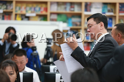2017 есдүгээр сарын 12. Монгол Улсын Үндсэн хуульд оруулах нэмэлт, өөрчлөлтийн төсөлд санал ирүүлсэн 250.000 иргэний саналыг бүртгэж, цахим сан бүрдүүлж буй ажлын талаар УИХ-ын гишүүд, УИХ-ын Тамгын газрынхан мэдээлэл хийлээ.  ГЭРЭЛ ЗУРГИЙГ Б.БЯМБА-ОЧИР/MPA