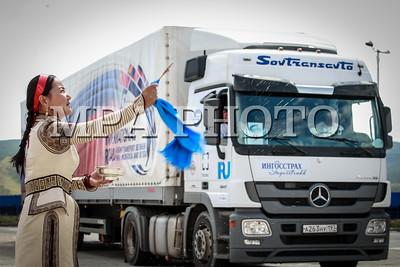"""2016 оны наймдугаар сарын 21. БНХАУ-ын Тяньжин боомт – Монгол Улсын Улаанбаатар хот – ОХУ-ын Улаан-Үд хот"""" чиглэлийн транзит тээврийн туршилтын үйл ажиллагаа энэ сарын 13-ны өдөр анхны тээвэрлэлтээ хийж эхэлсэн. Харин өнөөдөр Улаанбаатар хотод тус цуваа Улаанбаатар хотоос Улаан-Үүд хотын чиглэлд хөдөллөө.  ГЭРЭЛ ЗУРГИЙГ Б.БЯМБА-ОЧИР/MPA"""