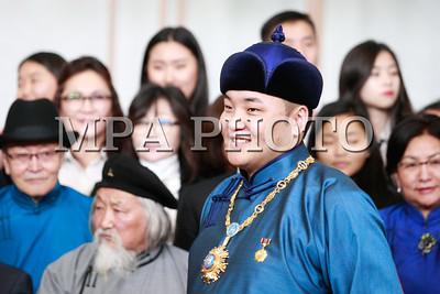 """Монгол Улсын гавьяат жүжигчин, дуурийн дуулаач Ганбаатарын Ариунбаатарыг төрийн дээд шагнал-тэргүүн зэргийн одон """"Чингис хаан"""" одонгоор шагнав"""