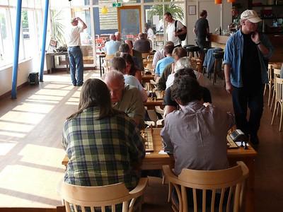 Vrij pittige zon nu - en de tafels zijn nu 2 randjes opgeschoven.