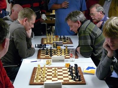 Wim wint op bord 4 : 2-1. Alles hangt af van Theo  - bord 3 mag niet verliezen.