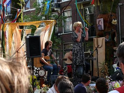 Leuk klein bandje - bij de buren. Goeie sound & vocals..