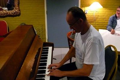 onze  alternatieve pianist - het fluiten gaat stukken beter
