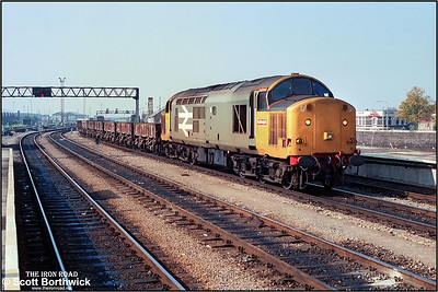37510 trundles through Cardiff Central with a short PW working on 03/10/1986.