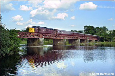 37401 'The Royal Scotsman' crosses Loch Awe Viaduct with 1H90 1407 Edinburgh Waverley-Taynuilt 'Royal Scotsman' on its journey to Taynuilt for overnight stabling on 04/08/2002.