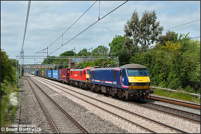 90024+90036 pass Cathiron whilst working 4M25 0606 Mossend Euroterminal-Daventry IRFT on 18/06/2015.