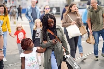 Nederland, Amsterdam, 17-08-2019, foto: mensen lopen  van het Centraal station via de Prins Hendrikkade naar het Damrak, Katrien mulder/Hollandse Hoogte