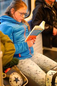Nederland, in de trein tussen Weesp en Bussum. 29-12-2018, Hannah leest 'Woeste Woestijnen' van Anita Ganeri,  Haar lievelingsboek is 'Vuursters missie van Erin Hunter, mailadres van haar moeder is: estherdijkslag@hotmail.com