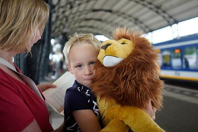Nederland, Haarlem, 03-08-2019, Jongen wacht met zijn moeder op station Haarlem op de trein naar Zandvoort, hij is met haar naar de  Lin King geweest en heeft een enorm grote  lion king knuffel gekregen, foto: Katrien Mulder/Hollandse Hoogte
