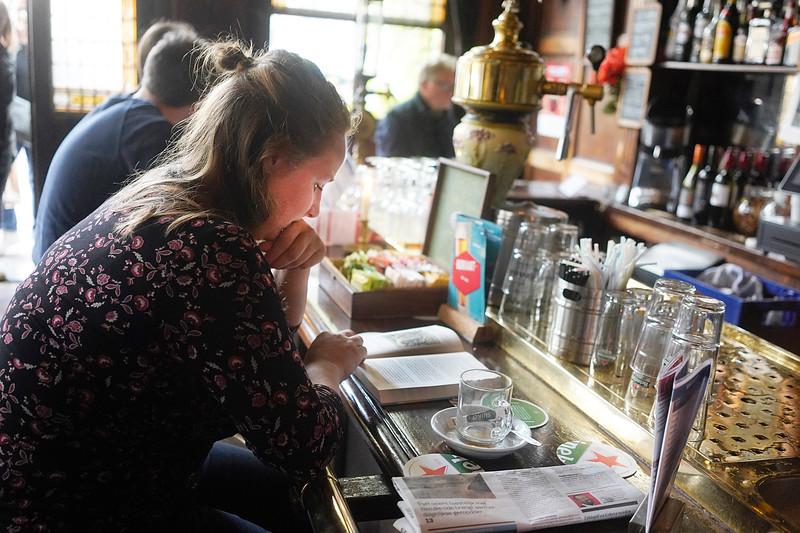 Nederland, Amsterdam,cafe Smalle,  12-10-2019, Myrthe Terlinden, leest 'Wij zijn de Bickers' van Simone van der Vlugt,  beste booek ooit: 'Rode sneeuw' ook van S vd V (huilen) leest gemiddeld 1 boek per maand, foto: Katrien Mulder