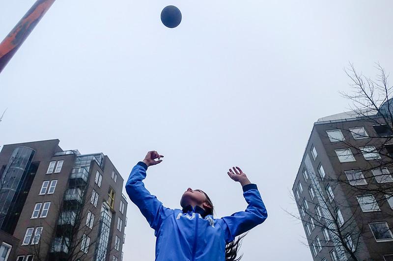 Nederland, Amsterdam, Wilhelmina Blombergplein, Sophie gaat het nog ver schoppen met basketball, ze wordt getraind door haar vader, 29 december 2016, foto: Katrien Mulder