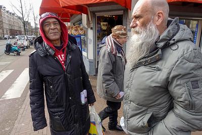 Nederland, Amsterdam,  hoek Dappermarkt en Wijttenbachstraat, Tonie  (met baard)  en Ricardo. Tonie is lid van de Satudarah mototcycleclub, en Ricardo is zanger, bij voorkeur van het levenslied. Van zijn vader heeft Ricardo geleerd om nonchalant te poseren.   maart 2017, foto: Katrien Mulder