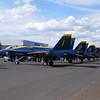 この飛行場ではアクロバット飛行の後、子供達がサインをもらうため、隊員が来るの並んで待っていた。