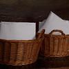In de eetzaal staat een mandje waar iedereen zijn eigen servet bewaard in een envelop.