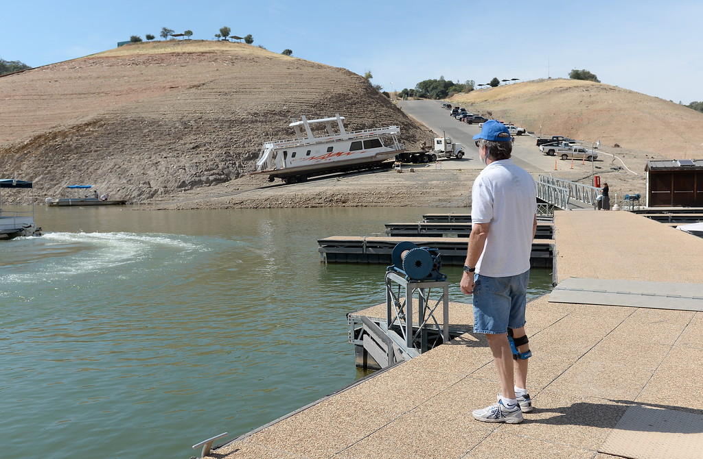 . Bill Harper, General Manager at Lake Oroville Marina, LLC watches as houseboats are pulled from Lake Oroville at Forever Resorts Lime Saddle Marina Monday Sept. 18, 2017. (Bill Husa -- Enterprise-Record)