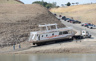 A houseboat is pulled from Lake Oroville at Forever Resorts Lime Saddle Marina Monday Sept. 18, 2017. (Bill Husa -- Enterprise-Record)