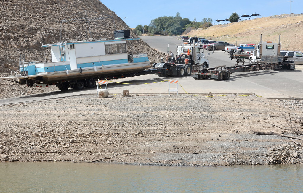 . A houseboat is pulled from Lake Oroville at Forever Resorts Lime Saddle Marina Monday Sept. 18, 2017. (Bill Husa -- Enterprise-Record)