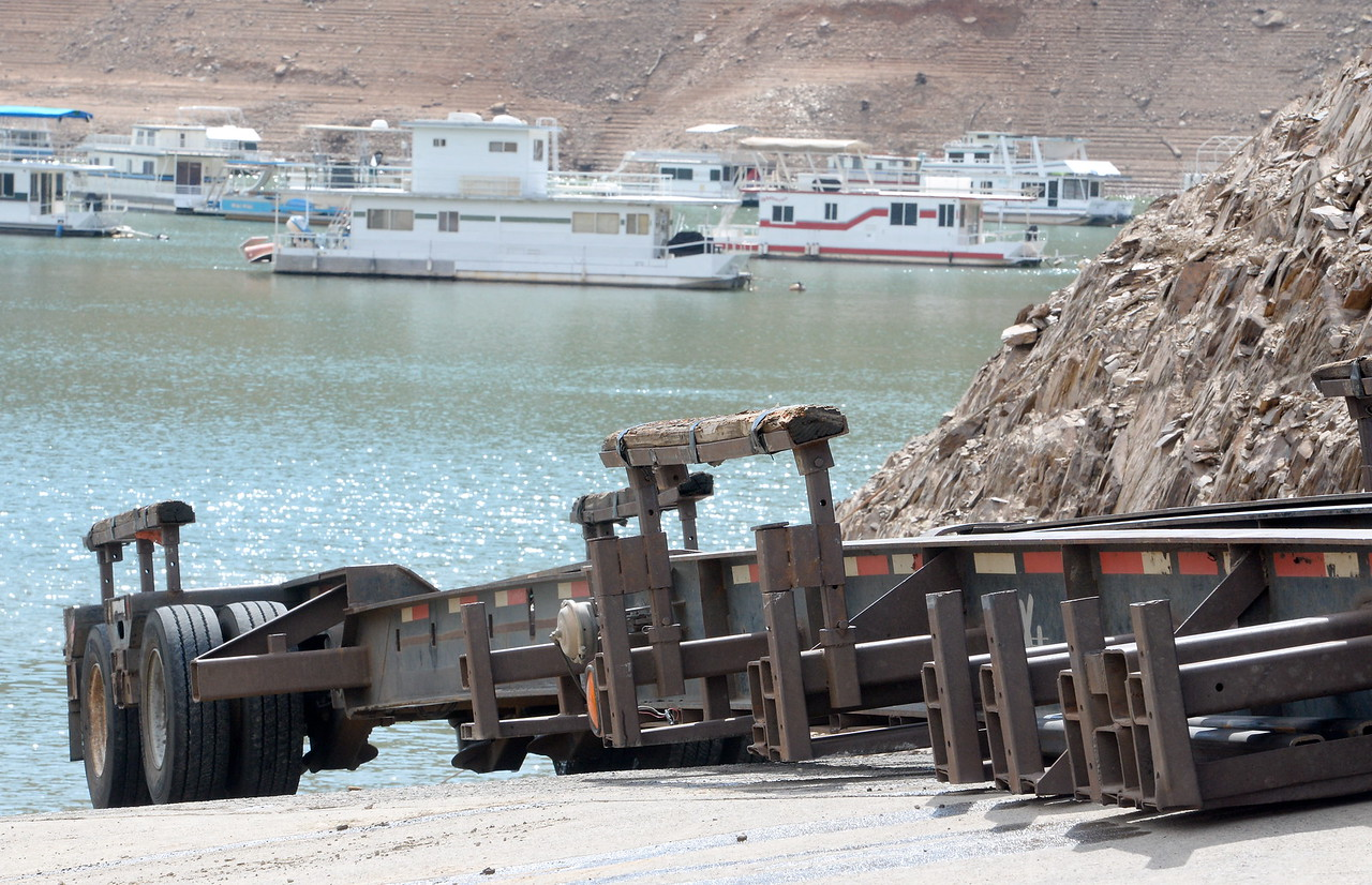 as houseboats are pulled from Lake Oroville at Forever Resorts Lime Saddle Marina Monday Sept. 18, 2017. (Bill Husa -- Enterprise-Record)