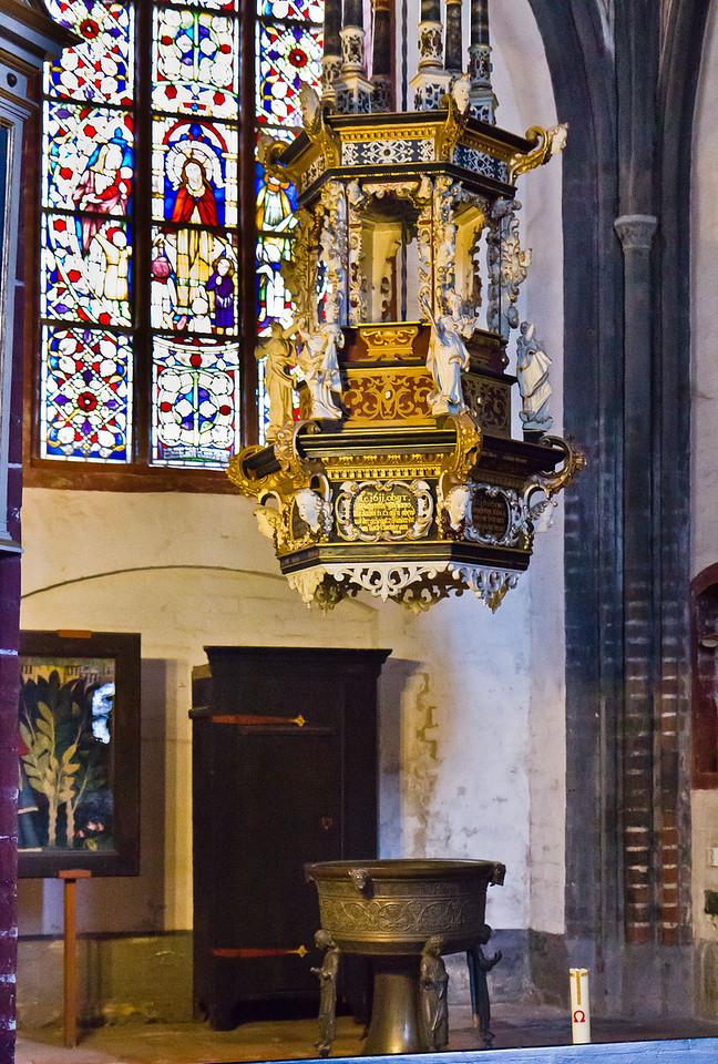 Brandenburg, St. Gotthardt. Südkapelle: Taufe (Bronzekuppa um 1250, Deckel 1621)