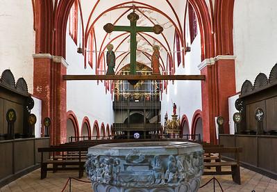 Brandenburg, Dom. Blick vom Hochchor über Taufe (1370) nach Westen