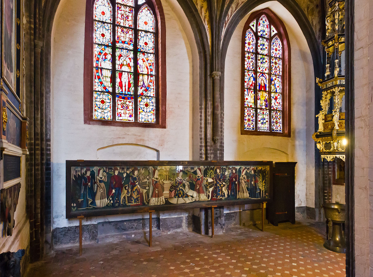 Brandenburg, St. Gotthardt. Südkapelle: Einhornteppich (1463) und Taufe (Kuppa um 1250, Deckel 1621)