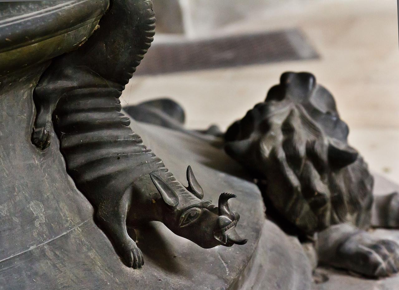 Brandenburg, St. Katharinen. Messingtaufe: Drache am Fuß
