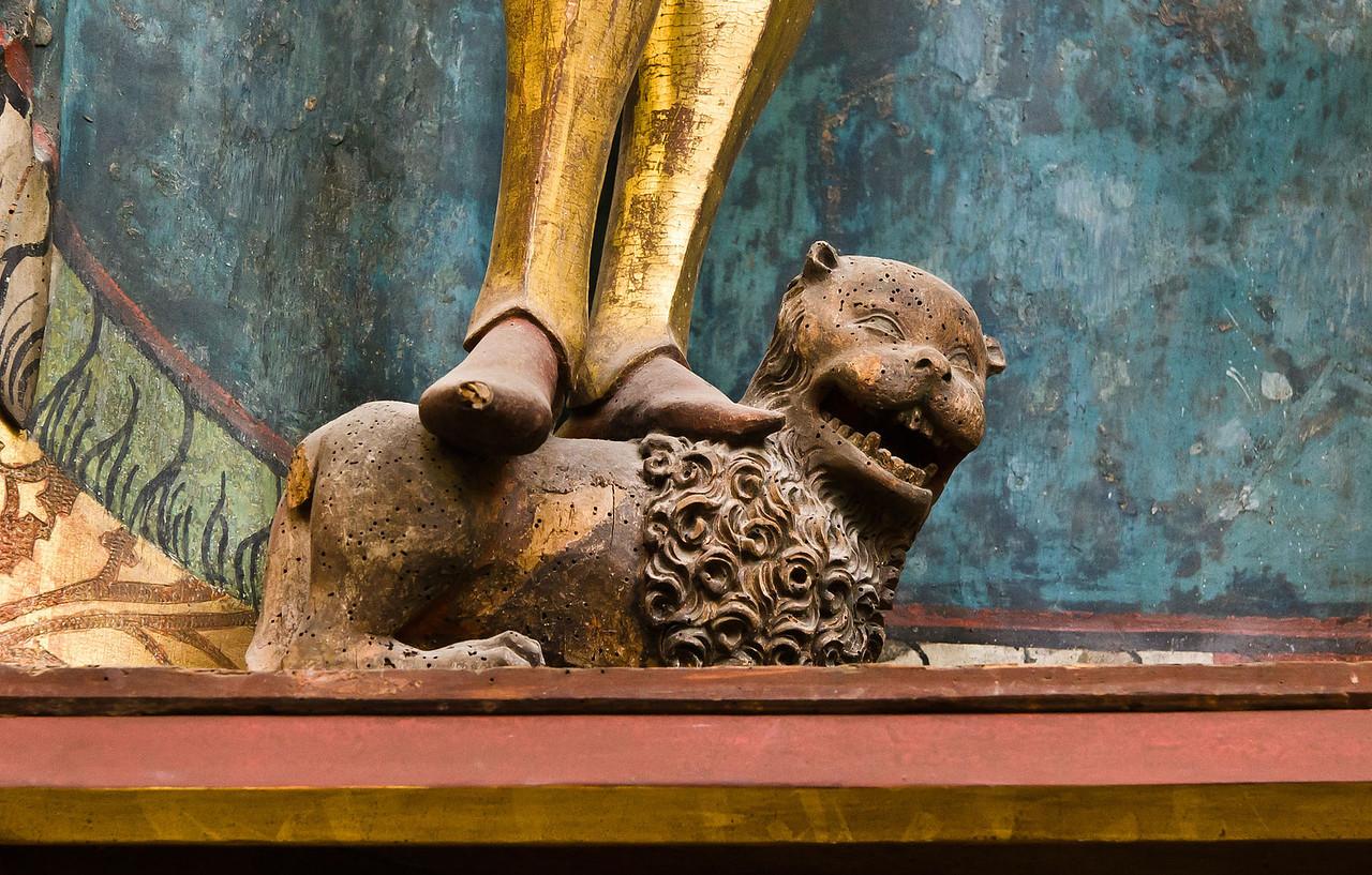 Brandenburg, St. Katharinen. Hedwigsaltar: Löwe unter dem Ritterheiligen Adrianus