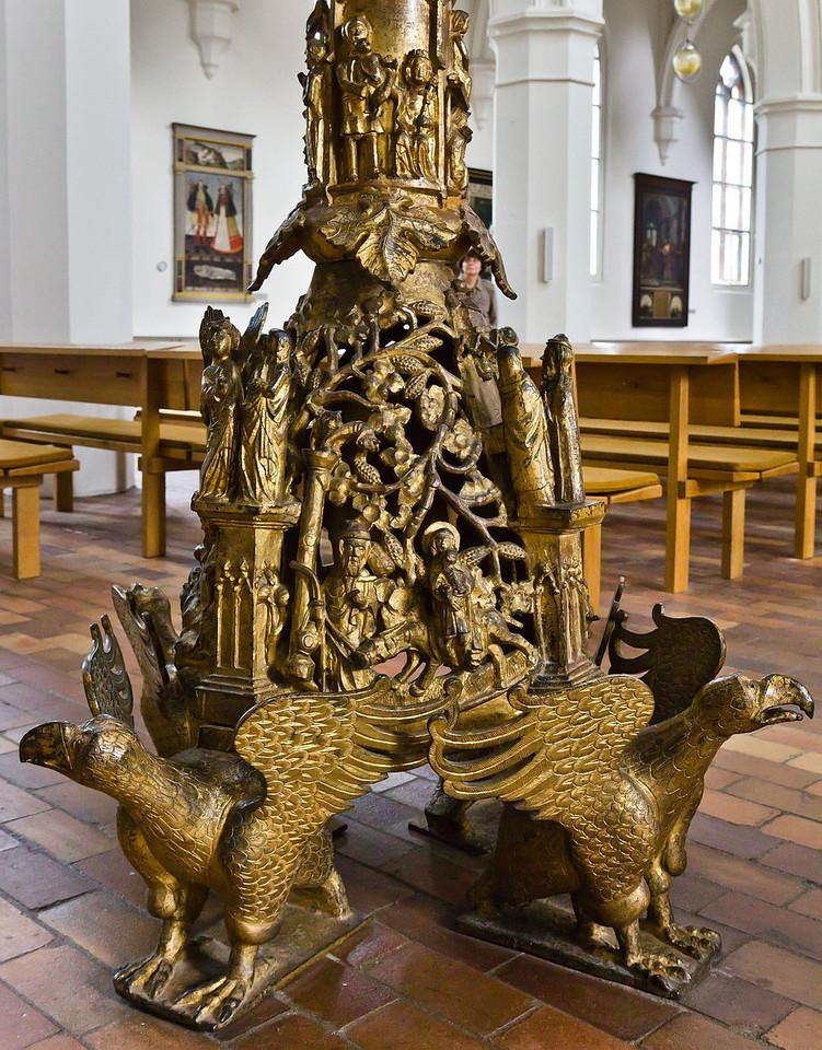 Frankfurt/Oder, St. Gertraud. Bronzeleuchter, Sockel (aus St. Marien)