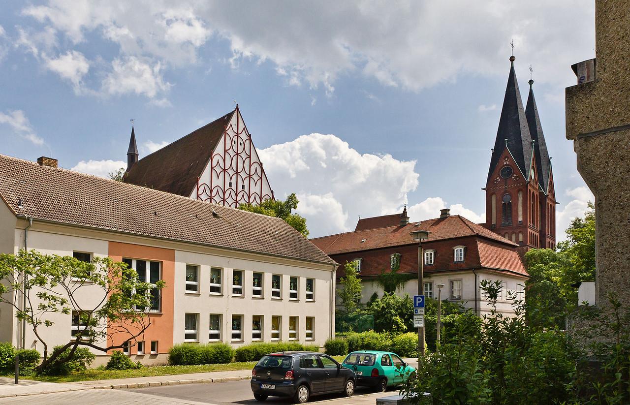 Frankfurt/Oder, Blick auf Westgiebel der Franziskanerkirche und Türme der Friedenskirche von Nordwesten