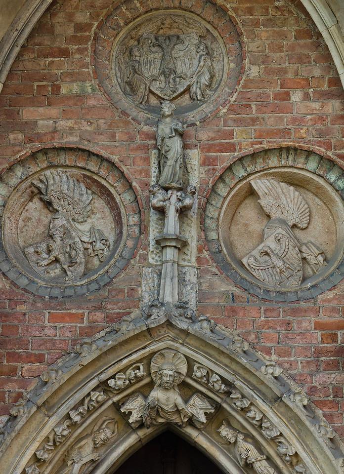 Frankfurt/Oder, St. Marien. Nordportal, Detail: Wappen von Reich, Böhmen und Brandenburg + Maria