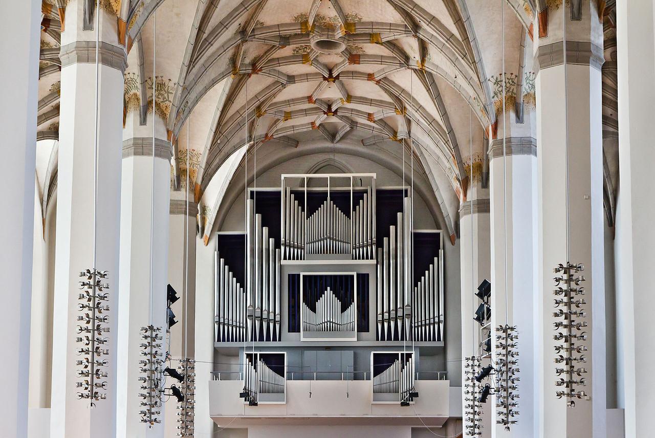 Frankfurt/Oder, Franziskanerkirche (Konzerthalle CPE Bach). Orgel und Decke des Mittelschiffs nach Westen